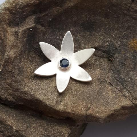 Blume mit Safir, Anhänger Silber