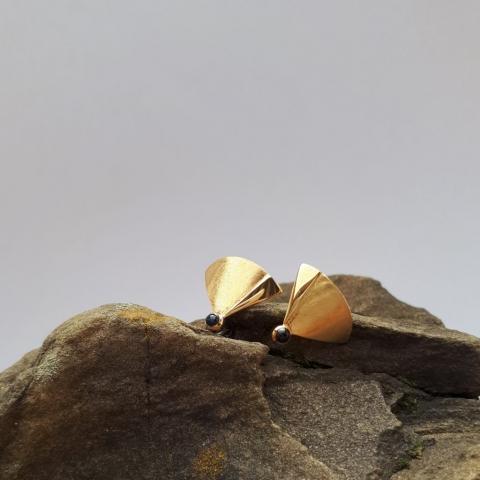 Fächer Ohrstecker mit Safir, Gold