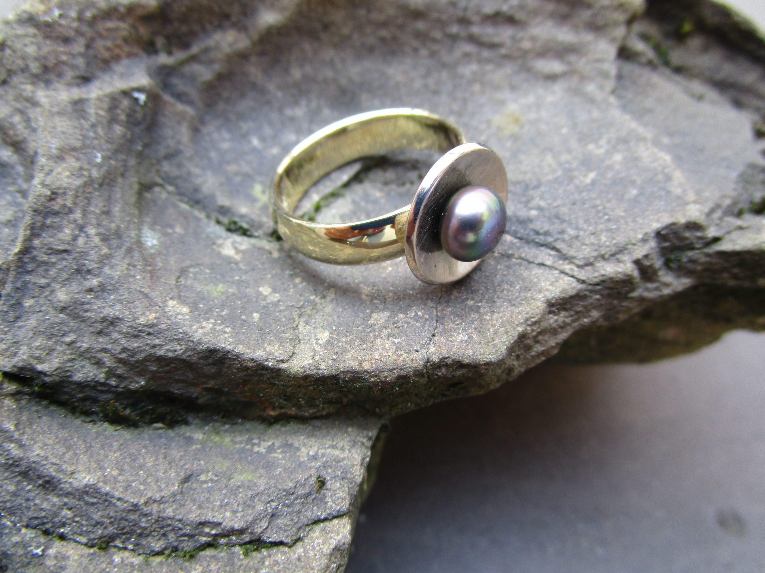Ring mit schwarzer Perle, Gelbgold, Weißgold