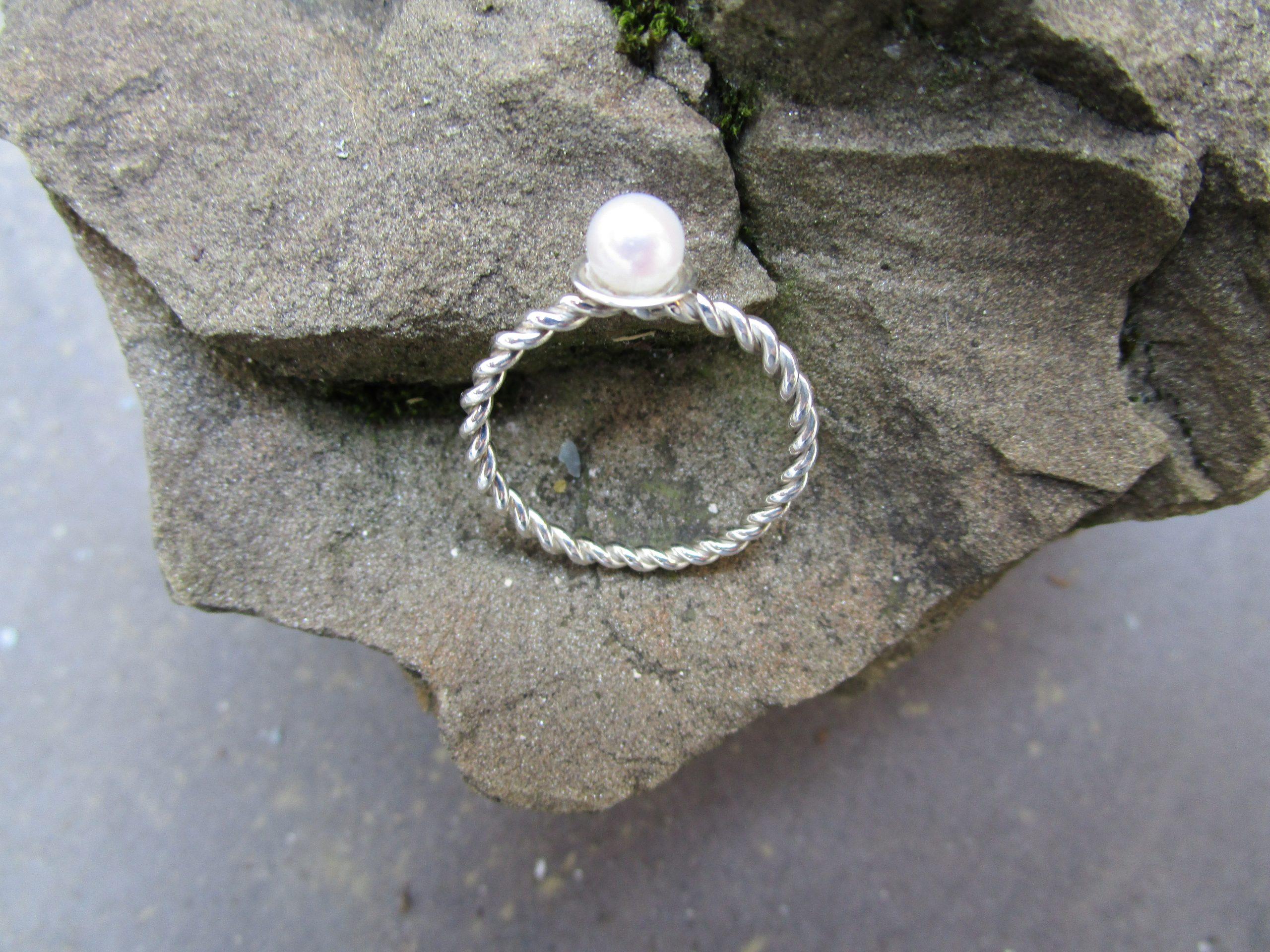 Kordelring mit Perle